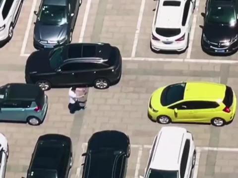 监控无意间拍到的一幕,你永远猜不到女司机会把车子停在哪!