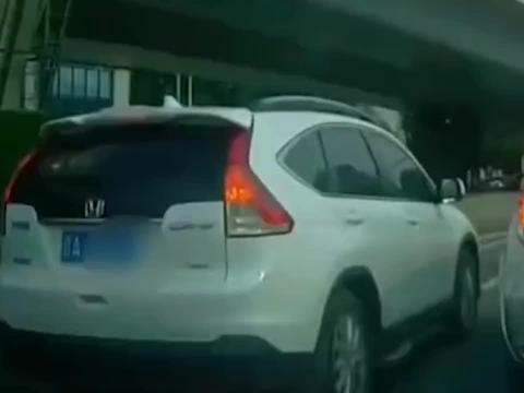小车为变道加塞,副驾驶大爷伸出拐杖强行通过,后车险撞上