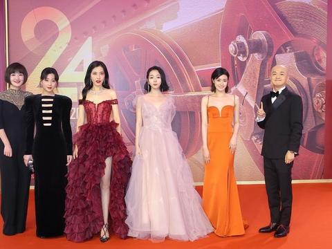 《阳光姐妹淘》亮相上影节,王玥婷LaMoon莫兰迪粉礼服走红毯