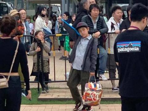刘烨老婆带儿子看话剧,11岁诺一打扮低调,在人群中依旧抢眼