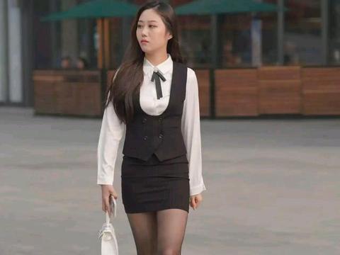 衬衫和裙子碰撞在一起,会超神神器的效果,就像图中的姐姐一样