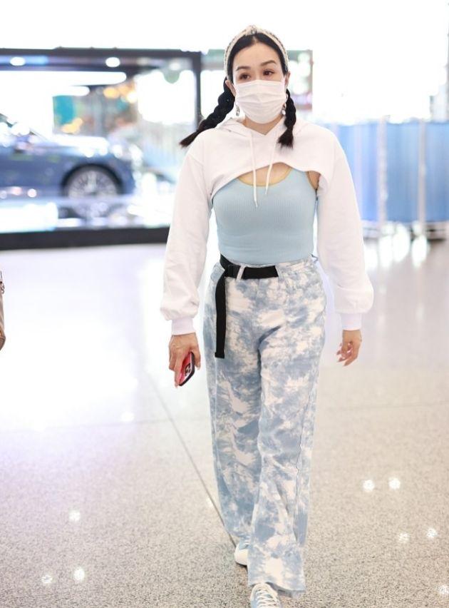 钟丽缇太会穿了,浅蓝色背心配印花宽松长裤,把微胖精髓穿出来了