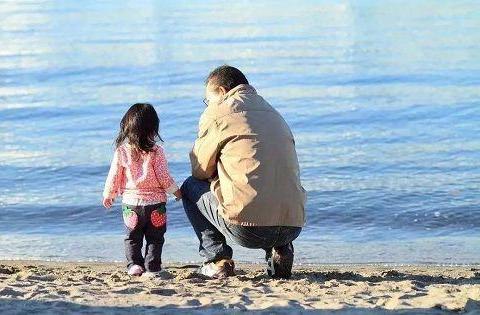"""爸爸不再缺席,越来越多的父亲正在撕掉""""丧偶式育儿""""的标签"""
