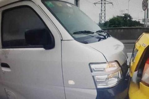 取车时发现车子被撞,车主正欲发火时,看到车窗上的纸条却笑了!