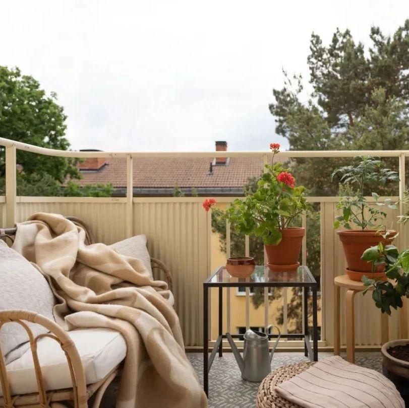 世界的好室   住在宁静街区的小公寓,在阳台上喝咖啡...