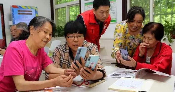 全省首本手绘版智能手机教材正式进入社区课堂