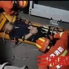 电梯安装工不慎坠入底坑,凤凰消防紧急救援!
