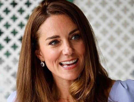 凯特王妃大雨中现身,佩戴妃的蓝宝石耳环笑得甜,梅根又跳出来抢镜