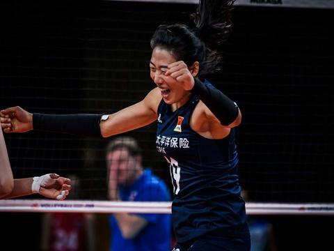 中国女排3-0俄罗斯,郎平气定神闲,丁霞头球拦网上热搜