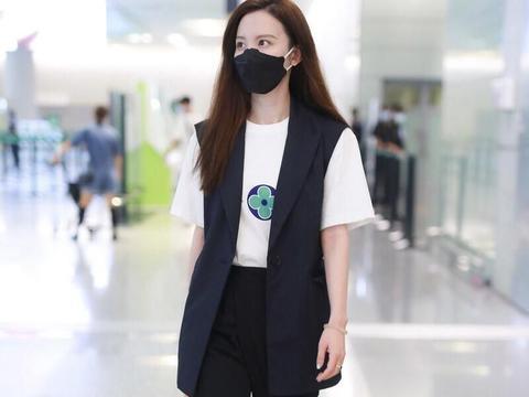 张萌的夏季穿搭高级洋气,马甲+白T恤搭配吸烟裤,简约时髦又通勤
