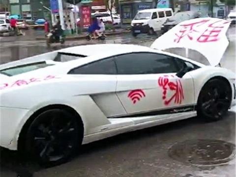 """广东中山:一漂亮女生向渣男宣战,往白色SUV轿车喷""""渣男""""大字"""