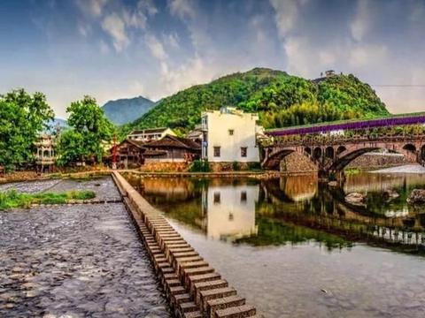 浙江一个仅有百年历史的古村落,青山绿水作伴,游客少显得寂静
