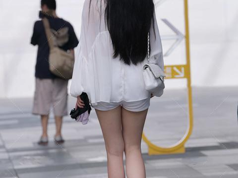 白色网纱上衣,仙气十足,搭配修身短裤,尽显好身材
