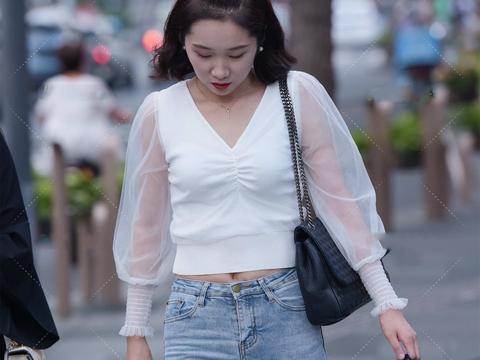 V领修身衣加网纱泡泡袖,仙气十足,搭浅蓝牛仔裤,又显青春感