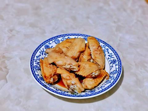 鸡翅和蛋黄搭配在一起,鲜嫩酥脆、百吃不腻