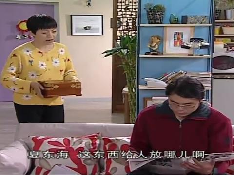 刘梅听到孩子们回来了,立马把宝盒藏了起来,结果俩孩子进门就找