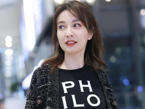 吴昕穿小香风套装现身机场,衣品也太好了,看起来优雅又显贵气