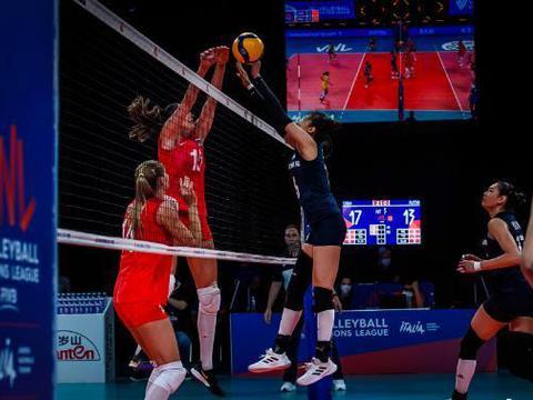 中国女排VS俄罗斯,场上趣事太多了,美女裁判都忍不住参与进来