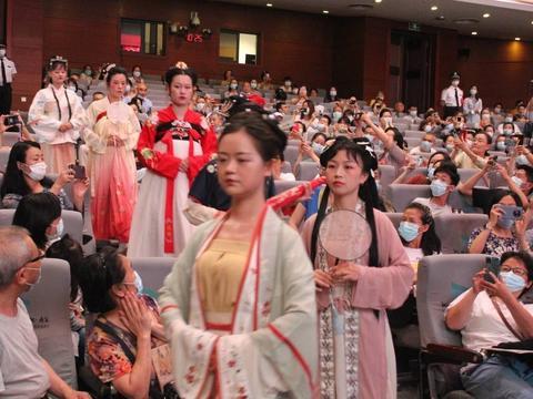 武汉纺织学院院长陶辉,诠释中国传统服饰文化的当代表达