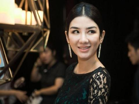44岁的黄奕,魅力依然十足,打扮后出现在片场,坚强的女人更潇洒