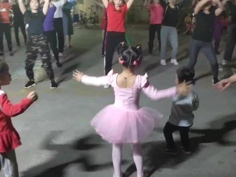广东佛山一5岁小姑娘跳广场舞,凭实力抢镜,没有视频真不敢相信