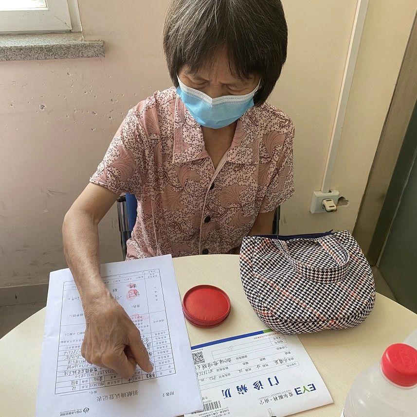 69岁老党员签署眼角膜捐献志愿书