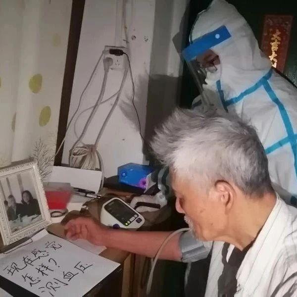 广州一封闭社区独居老人凌晨发病,他们彻夜与时间赛跑
