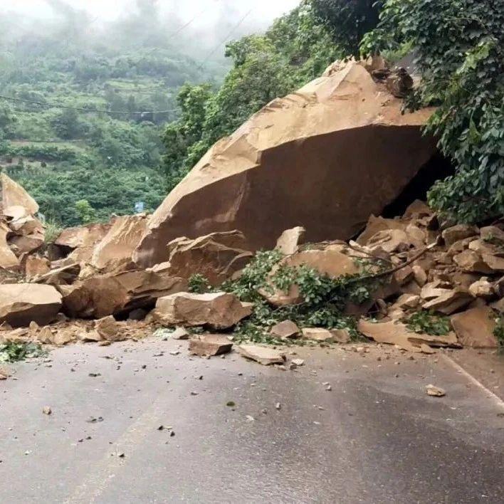 万州附近这条道路塌方,特大巨石滚落,无法通行……