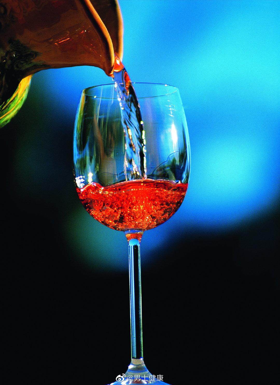 红酒中含有白藜芦醇,这种在葡萄酒中发现的化合物……