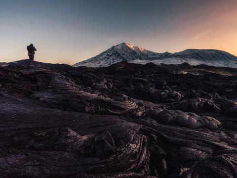 俄罗斯火山中发现奇异矿物质,蓝绿色结晶,科学家称从未见过