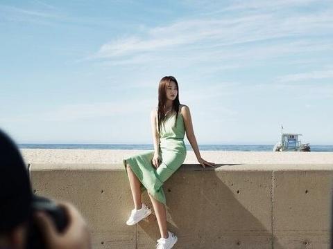 """最近火了一种穿法:""""碎花裙+运动鞋"""",显高显瘦,照着穿就对了"""