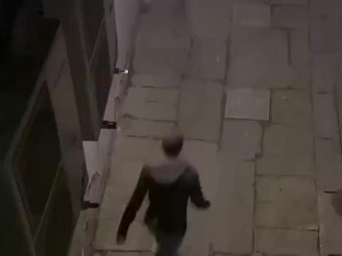 徒手制服持刀劫匪,抢回沥川的相机