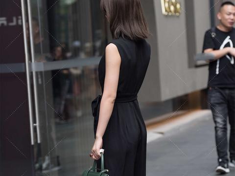 黑色连体裤,收腰设计更显好身材,侧边剪裁凸显修长美腿