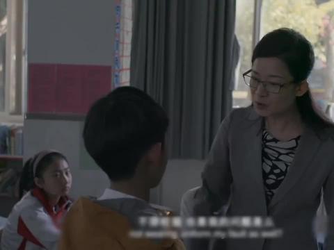 男孩次次考试都拿第一,却成了老师的眼中钉,被全班孤立!