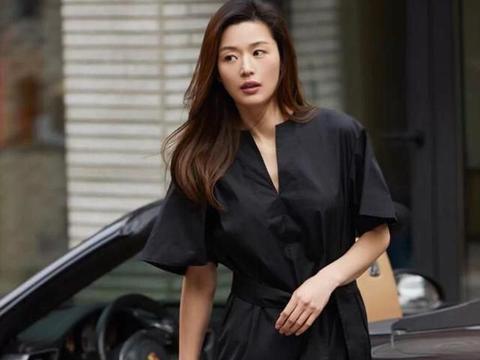 """有一种时尚叫""""全智贤穿搭"""",深V连衣裙露出好身材,谁会不爱呢"""