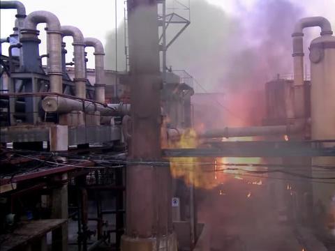 工厂失火,消防员不畏艰险,全力救人