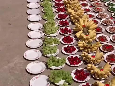 农村婚礼吃大席之前,先上干果水果各一盘,每一桌16样美食超赞