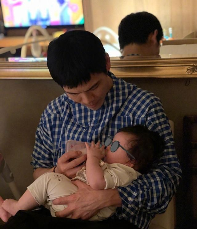 向佐父亲节晒全家福,女儿正脸曝光像父亲,郭碧婷小腹隆起疑怀孕
