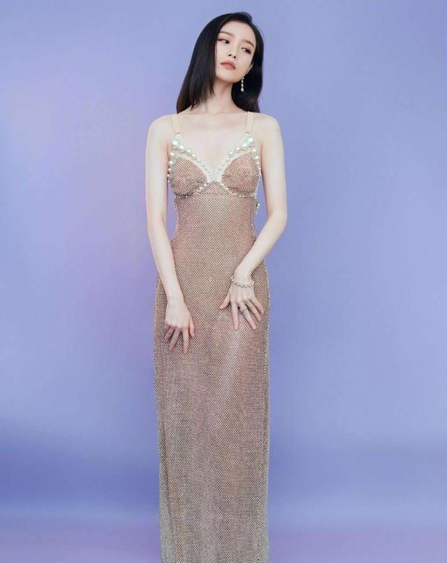 倪妮不愧是气质美女,穿金色修身礼服裙奢华大气,好身材太吸睛
