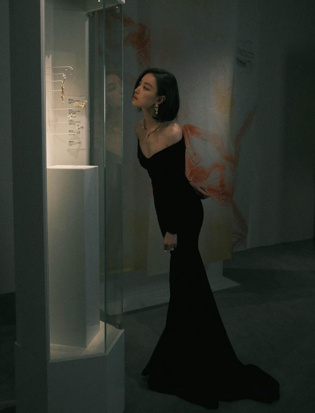 """倪妮真给""""85花""""长脸,穿紧身丝绒裙优雅似贵妇,身材好确实抢镜"""