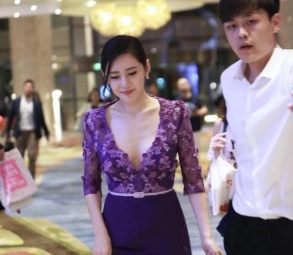 """""""中国媳妇""""秋瓷炫现身,被粉丝围观,身穿紫色连衣裙尽显好身材"""