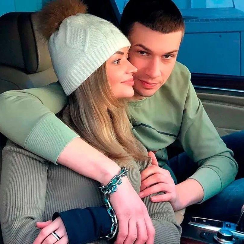 乌克兰情侣拷在一起吃喝拉撒123天后,意料之中分手了....