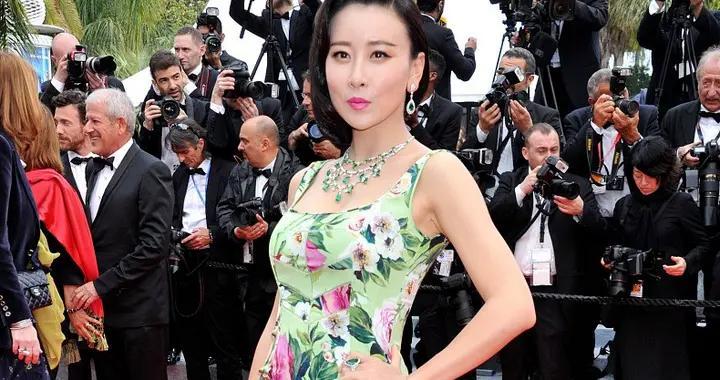 """毛俊杰才是""""尤物女王"""",穿紧身印花裙气质惊艳,身材优势太出众"""