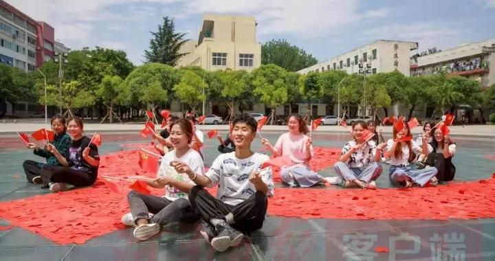 漯河大学生剪万颗红心,拼成鲜艳党徽,庆祝党的百年华诞