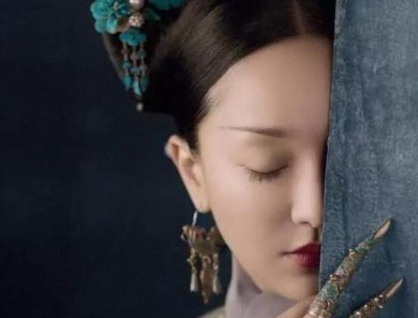 如懿的满绿翡翠蛋面戒指,块大色浓,皇帝对她还是很好的