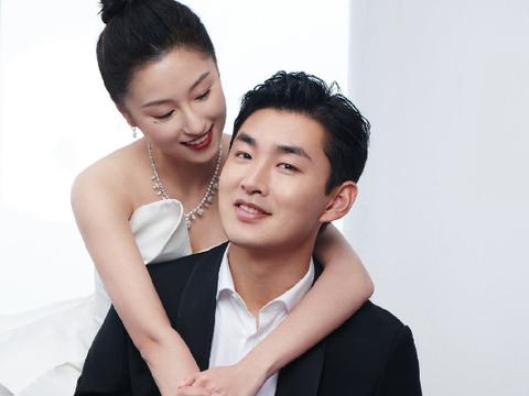 王彦霖艾佳妮婚后上戏拍婚纱照,两人嘟嘴亲吻,女方大秀心形婚戒