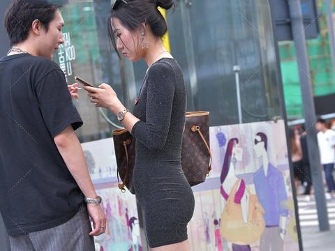 V领修身小黑裙,搭配流苏耳环,时尚精致,尽显好身材