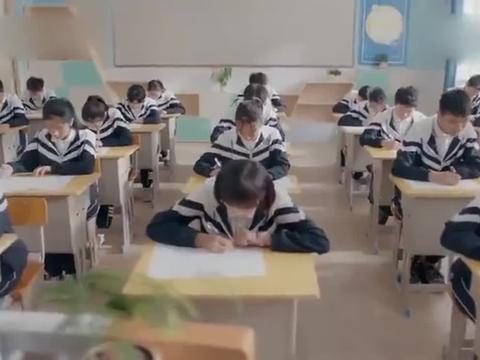 监考老师在张昊天脚下发现了小抄,他还强词夺理!