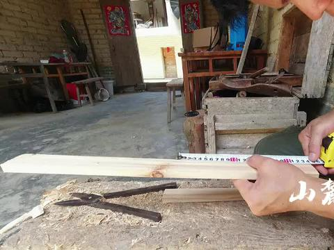 几代人传下的木工箱,很多工具都生锈了,小丰决定跟爷爷学手艺