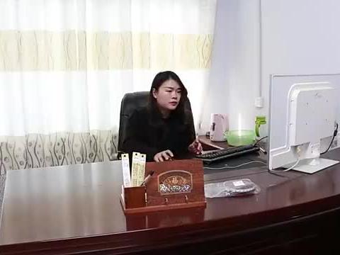 董事长母亲捡瓶子,被新员工推在垃圾堆旁,董事长来后真解气
